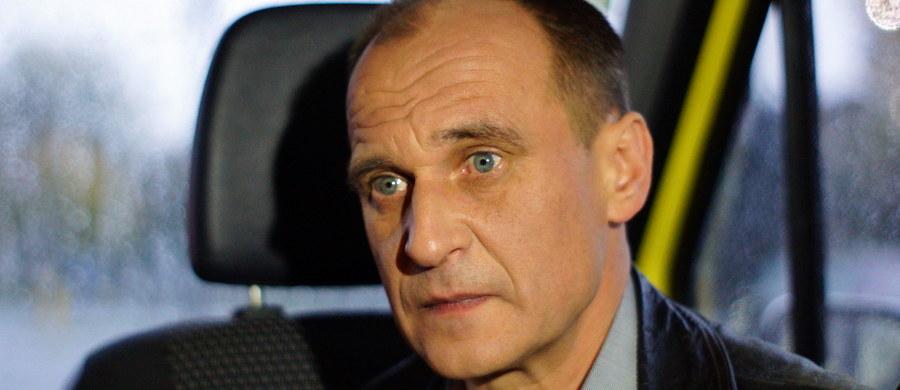 """""""To nie była debata. Zobaczyłem wczoraj farsę, teatr, PO-PiS i system. Przegrały partie systemowe"""" – mówi w Kontrwywiadzie RMF FM lider Kukiz'15 Paweł Kukiz. """"Jeśli prowadzący mają więcej czasu na zadawanie pytania, niż politycy na odpowiadanie, to jest farsa"""" – dodaje. Korwin-Mikke? """"Byliśmy wczoraj w koalicji występując przeciwko partiom systemowym"""" – odpowiada Kukiz. Ludzie Kukiza przysięgali na krzyż, że nie zostawią go po wyborach? """"Wierutna bzdura"""" – odpowiada. Jedynka Kukiz'15 w Pile? """"Musiałbym zobaczyć"""" – mówi lider. W Sieradzu? """"Nie wiem"""" – dodaje. Zdaniem gościa Kontrwywiadu """"jeżeli system będzie tak trzymał się koryta i bronił tego stanu rzeczy to może dojść do zmiany ustroju z kilofami w tle""""."""