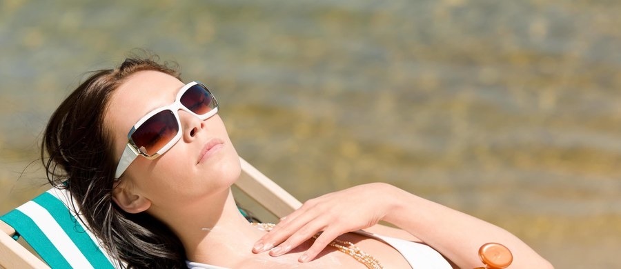 """Walka z nowotworami skóry może poważnie szkodzić środowisku - takie zaskakujące informacje publikują na łamach czasopisma """"Archives of Environmental Contamination and Toxicology"""" izraelscy i amerykańscy naukowcy. Wyniki ich badań pokazują, że oksybenzon, substancja powszechnie stosowana w kremach z filtrem o indeksie SPF od 15 wzwyż, niszczy koralowce. Nawet jeśli jej zawartość w wodzie jest minimalna."""