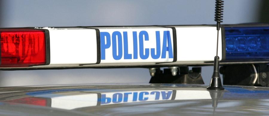 Policyjna obława w warmińsko-mazurskiem zakończona. Funkcjonariusze złapali 30-letniego mężczyznę podejrzewanego o to, że w Piszu ciężko ranił żonę i siedmioletnią córkę. Został on przewieziony do szpitala.
