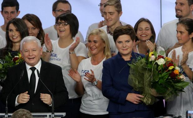 38 procent głosów zdobyło Prawo i Sprawiedliwość w wyborach parlamentarnych - wynika z badania late poll, jakie dla TVP przygotowała grupa badawcza IPSOS. Oznacza to, że PiS będzie w stanie rządzić samodzielnie. Według tego badania, Platformę Obywatelską poparło 23,4 procent wyborców, na ruch Kukiz'15 zagłosowało 9,1 procent Polaków, zaś na .Nowoczesną Ryszarda Petru - 7,2 procent. Próg wyborczy przekroczył jeszcze PSL, który uzyskał 5,7 procent głosów. Zjednoczona Lewica, KORWiN i partia Razem nie przekroczyły progów wyborczych. Frekwencja wyniosła 51 procent.