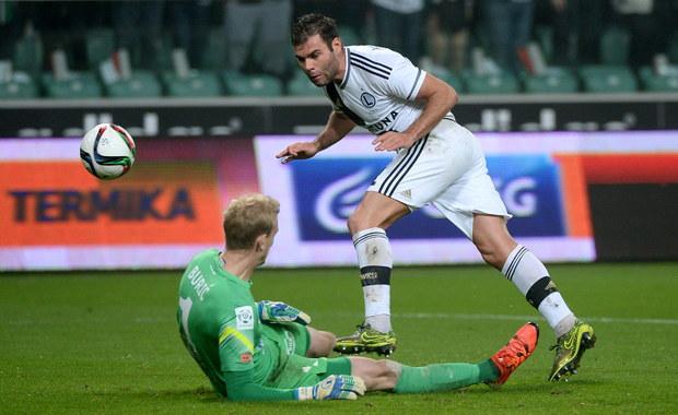 Piłkarze Lecha Poznań wygrali na wyjeździe z Legią Warszawa 1:0 (1:0) w szlagierowym spotkaniu 13. kolejki ekstraklasy. Dzięki temu zwycięstwu mistrzowie Polski opuścili ostatnie miejsce w tabeli, choć w poniedziałek ponownie może ich wyprzedzić Górnik Zabrze.