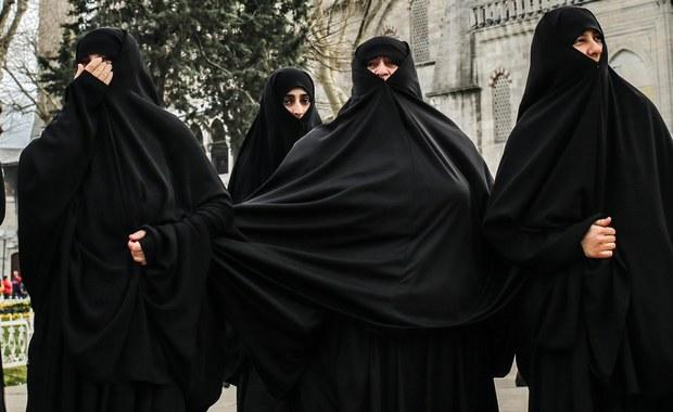 """Rusza głośny proces młodzieżowej """"islamskiej milicji obyczajowej"""" we Francji. Sądzona jest banda młodych muzułmanek, które pobiły 21-letnią kobietę tylko dlatego, że opalała się w stroju plażowym na trawniku w parku w Reims w Szampanii."""