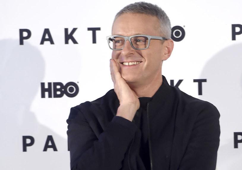 """- Jest mroczna, niejednoznaczna, otoczona jakby mgiełką okultyzmu - w taki sposób Jacek Poniedziałek opowiada historię opisaną w """"Pakcie"""", nowym serialu z jego udziałem. Ten sześcioodcinkowy thriller będzie mieć premierę 8 listopada w HBO."""