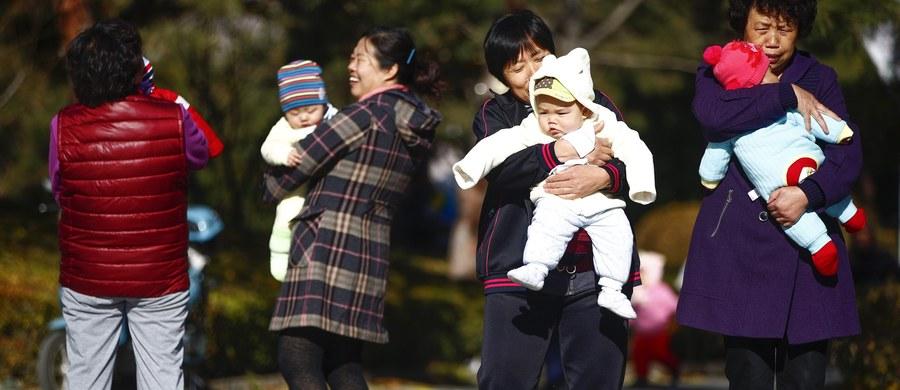Chiny znoszą administracyjne ograniczenia dzietności. Partia komunistyczna właśnie ogłosiła, że posiadanie drugiego dziecka będzie wkrótce dozwolone bez ograniczeń.