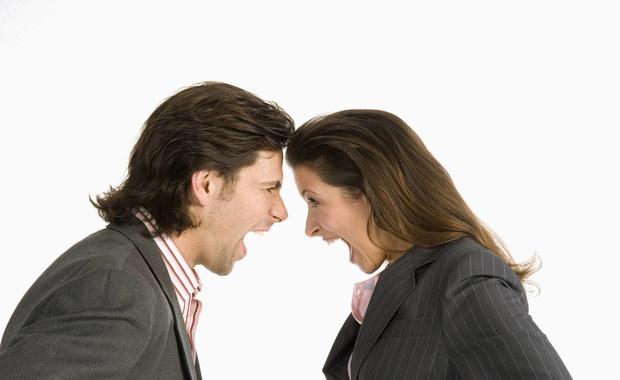 """Agresywni mężczyźni zyskują wpływy, agresywne kobiety je tracą - takie kontrowersyjne wyniki badań publikują naukowcy z Arizona State University i University of Illinois w Chicago. Piszą o tym na łamach wiążącego psychologię z prawem czasopisma """"Law and Human Behavior"""", bo inspiracją do ich eksperymentu był słynny film """"12 gniewnych ludzi"""" i sytuacje związane z obradami ławy przysięgłych. Okazuje się, że w takich sytuacjach kobietom służy zachowanie spokoju."""