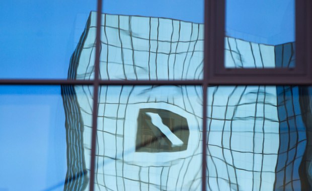 Największy niemiecki bank komercyjny Deutsche Bank zapowiedział, że w związku z trudnościami rynkowymi zlikwiduje do 2018 roku około 9 tysięcy miejsc pracy, w tym 4 tysiące w Niemczech. Informując o tym szef działu bankowości detalicznej Christian Sewing przypomniał, że jeszcze w kwietniu poprzedni zarząd spółki postanowił zamknąć do końca 2017 roku około 200 z 700 własnych filii.