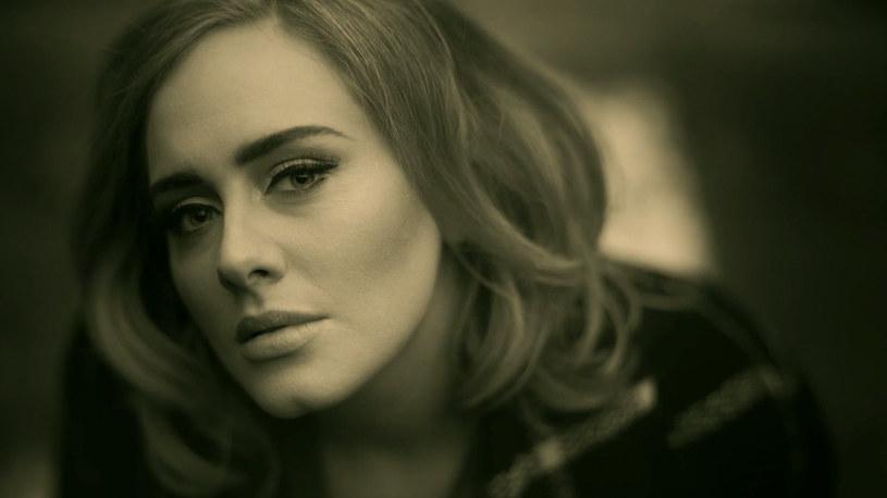 """Adele powróciła po dłuższej przerwie, robiąc w sieci niezłe zamieszanie. Rosną nie tylko wskaźniki odtworzeń jej nowego teledysku """"Hello"""", ale również liczba parodii klipu. Swoje wersje postanowili zaprezentować Ellen DeGeneres oraz James Corden."""