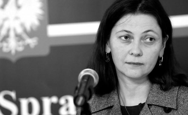 Nie żyje była wiceminister sprawiedliwości Monika Zbrojewska - podał serwis adwokatura.pl. Według portalu, była wiceminister zmarła 30 października. Miała 43 lata. Zbrojewska straciła stanowisko w resorcie sprawiedliwości kilka dni temu po tym, jak zatrzymano ją w Łodzi, gdy prowadziła samochód pod wpływem alkoholu.