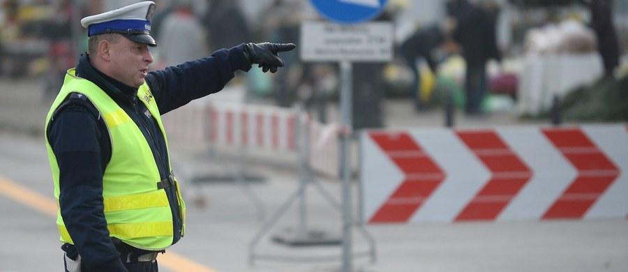 Ponad 150 wypadków, w których zginęło 21 osób zginęło, a 180 zostało rannych – to bilans dwóch dni świątecznego weekendu na drogach. Policjanci tradycyjnie już w taki dzień jak dziś apelują do kierowców o ostrożną jazdę. Rano w tragicznym wypadku na na autostradzie A1 w Łódzkiem zginęły trzy osoby, trzy zostały ranne.