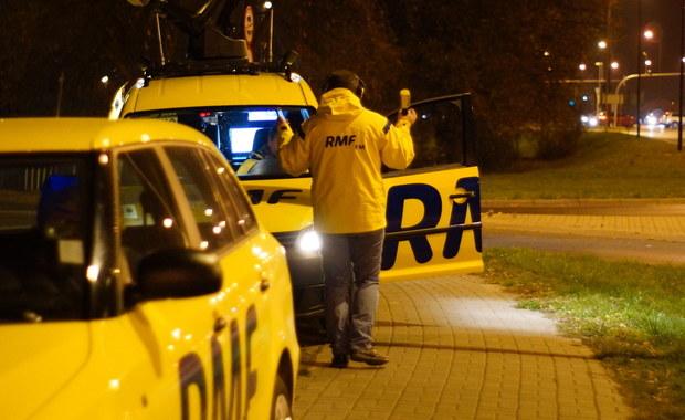 """Dziennikarze RMF FM i TVP Info na bieżąco sprawdzali sytuację na drogach i ostrzegali Was, gdzie tworzą się korki, na których trasach były utrudnienia i wypadki. Przez cały dzień 1 listopada na antenie RMF FM 1 listopada można było specjalne wydania Faktów z dróg. Policjanci apelowali do kierowców o ostrożność, dostosowanie się do zmian w organizacji ruchu i zwracanie uwagi na pieszych. Do 2 listopada na trasach całej Polski trwa policyjna akcja """"Znicz 2015""""."""