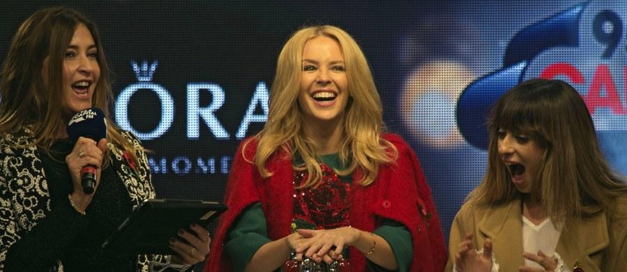 Znana na całym świecie australijska piosenkarka Kylie Minogue włączyła świąteczną iluminację zdobiącą główną londyńską ulicę handlową Oxford Street. W imprezie zorganizowanej na niespełna dwa miesiące przed świętami Bożego Narodzenia wzięły udział tysiące osób.