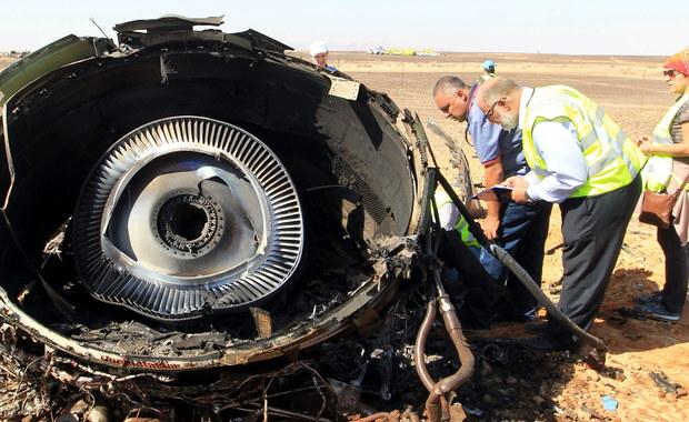 """Nagła dehermetyzacja kabiny, pęknięcia w konstrukcji albo wybuch bomby podłożonej w luku bagażowym - takie możliwe przyczyny sobotniej katastrofy rosyjskiego Airbusa A321 wymienia dziennik """"Kommiersant"""". Rosyjscy eksperci, którzy pracują na miejscu katastrofy, otwarcie przyznają, że maszyna rozpadła się w powietrzu. Przedstawiciele linii lotniczych Kogałymawia, do których należał samolot, oświadczyli natomiast, że przyczyną katastrofy nie mogła być usterka techniczna ani błąd człowieka."""