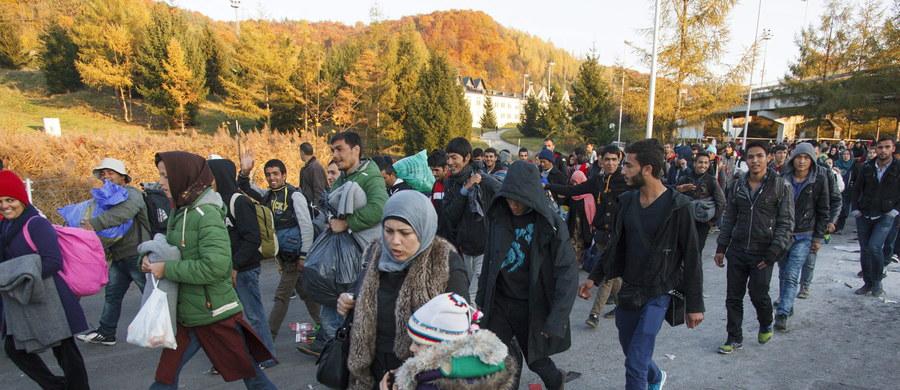 73 proc. Polaków uważa, że naszego kraju nie stać na przyjmowanie uchodźców - wynika z sondażu TNS Polska. Jednocześnie 53 proc. badanych jest zdania, że Polska jako członek UE powinna włączyć się w rozwiązanie problemu związanego z napływem migrantów do Europy.