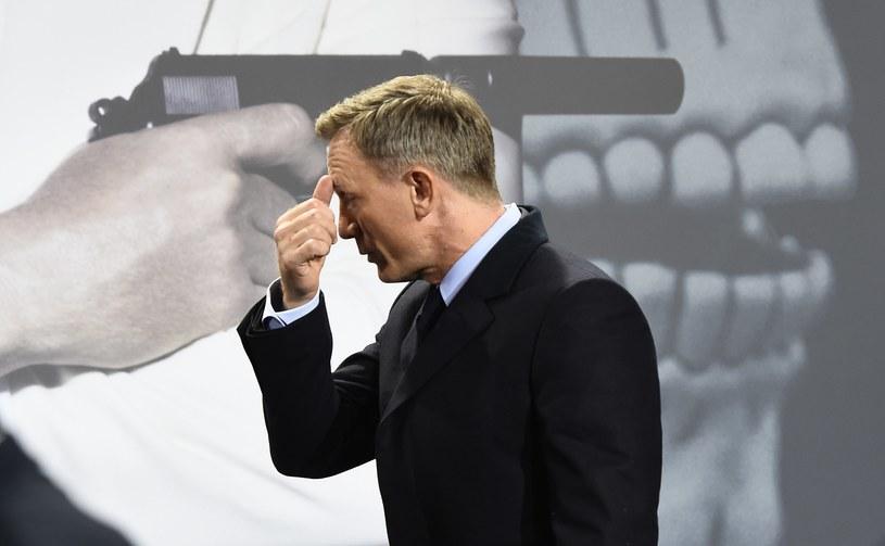 """""""Prędzej podciąłbym sobie żyły niż znowu zagrał Bonda"""" - ta październikowa wypowiedź Daniela Craiga, miesiąc przed premierą """"Spectre"""", wywołała lawinę spekulacji dotyczących przyszłości serii. Po premierowym pokazie obrazu Sama Mendesa brytyjski aktor na pytanie, czy był to jego ostatni Bond, odparł wymijająco: """"Zobaczymy"""". """"Nigdy nie wycofuję się z tego, co powiedziałem"""" - zastrzega jednak Craig."""
