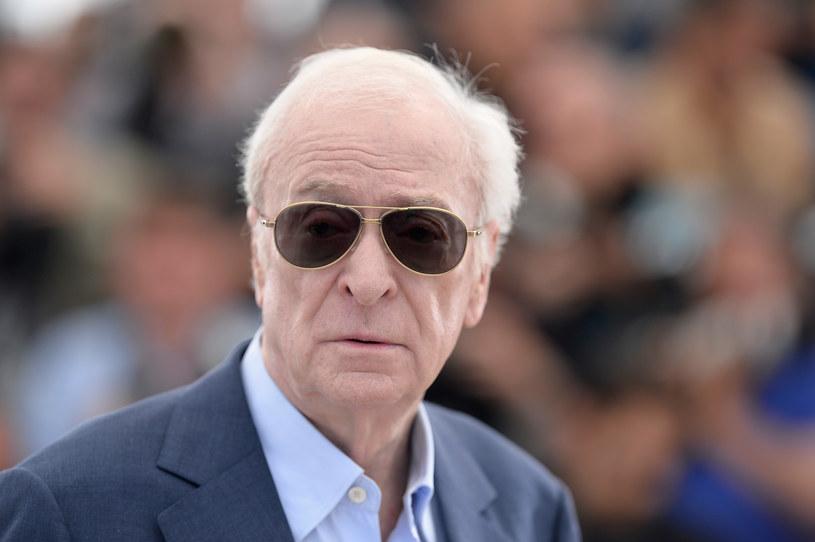 Kilka lat temu zbulwersował brytyjską branżę filmową mówiąc, że rodzime scenariusze są tak złe, że nie jest w stanie ich przeczytać, a co dopiero grać. - Mam już swoje lata i potrzebuję dużej motywacji, by uczyć się roli. Kontrakt na milion funtów nie wystarczy. Nie mam ochoty wstawać o 6 rano i grać postać, której nie lubię - mówił, wówczas 74-letni, Michael Caine.