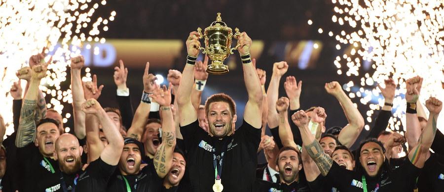 """Gromkie """"All Blacks"""" - w Auckland, skąd 8 tygodni temu Nowozelandczycy ruszali po obronę tytułu niepokonanych. Będą nimi przez następne cztery lata. Kibice razem z zawodnikami - tak jak rozpoczynają odśpiewali maoryską """"hakę"""" na kilka tysięcy gardeł."""