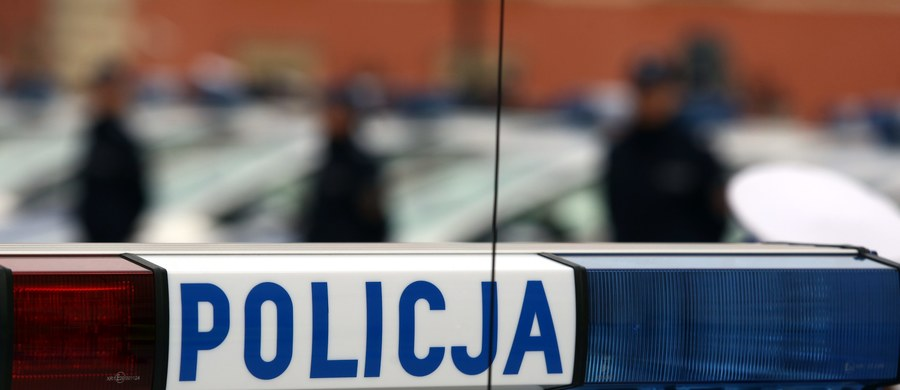 Policjanci z warmińsko-mazurskiego Braniewa zatrzymali dwie osoby, które mogą mieć związek ze znalezionym wczoraj na plaży nad Zalewem Wiślanym ciałem noworodka. To 18-latka i 20-latek z powiatu braniewskiego.