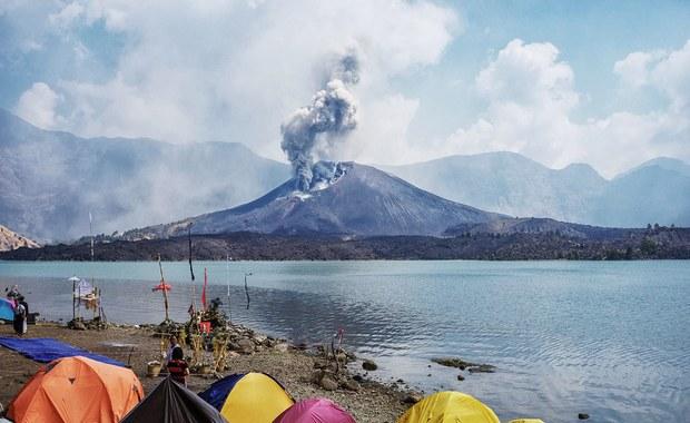 Tysiące turystów utknęło na indonezyjskich wyspach ze względu na paraliż komunikacyjny spowodowany erupcją wulkanu Rinjani na wyspie Lombok. Pył wulkaniczny doprowadził do zamknięcia trzech okolicznych lotnisk, m.in. na popularnej wśród turystów wyspie Bali.