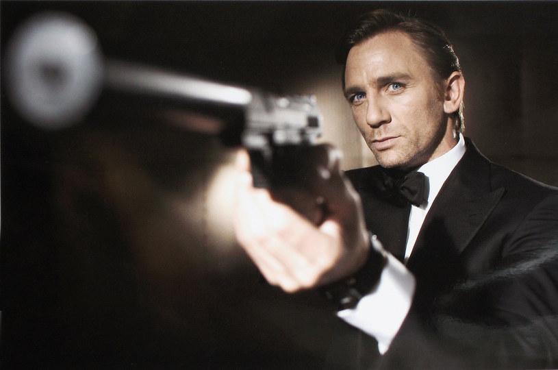 """Polscy fani Jamesa Bonda mogą już oglądać kolejną część przygód 007 - """"Spectre"""". Już po raz 24. na ekranach kin gości słynny brytyjski superszpieg. Ogromna kampania reklamowa, która jak zawsze towarzyszy premierze filmu o przygodach Jamesa Bonda, może utwierdzić widza w przekonaniu, że o kulisach powstawania kolejnych produkcji z Danielem Craigiem w roli głównej, wiadomo wszystko. Przedstawiamy jednak kilka mniej znanych faktów, które mogły umknąć uwadze fanów ostatnich filmów o przygodach 007."""