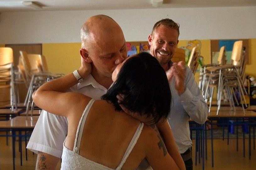 """Bez wątpienia tym, co skłania skazanych do zawarcia związku małżeńskiego w więzieniu jest miłość. W 9. odcinku """"Rinke za kratami"""" Rinke Rooyens będzie towarzyszył parze więźniów, Kasi i Damianowi, podczas ceremonii ślubnej za kratami. Co więcej - zostanie  świadkiem na ich ślubie!"""