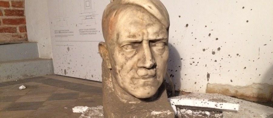 Marmurową głowę Adolfa Hitlera znaleziono podczas prac konserwatorskich w Muzeum Narodowym w Gdańsku. Była zakopana w ziemi w muzealnym wirydarzu. Sensacją jest fakt, że autorem rzeźby jest Josef Thorak - słynny austriacki rzeźbiarz, który służył nazistowskiej III Rzeszy.