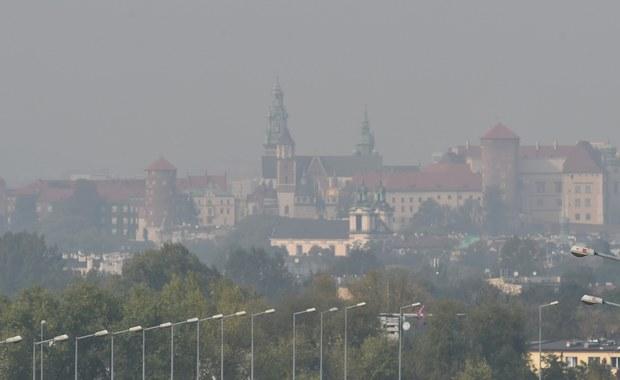 Aż czterokrotnie przekroczone są dziś normy zanieczyszczenia powietrza w Krakowie. Od wczoraj w mieście obowiązuje drugi stopień zagrożenia związany z przekroczeniem norm stężenia pyłu zawieszonego. W związku z tym prezydent Krakowa Jacek Majchrowski zwrócił się do wojewody o wprowadzenie zakazu wjazdu do drugiej obwodnicy miasta samochodom o masie powyżej 3,5 tony.