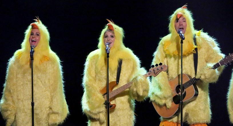 """Stworzony na szybko przez Jimmy'ego Fallona projekt wykonał kultowy utwór Morissette """"Ironic"""". Oczywiście nie byłoby w tym nic dziwnego, gdyby nie to, ze cały zespół przebrał się za kurczaki, a piosenka została wygdakana."""