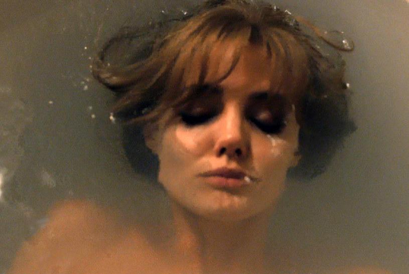"""Jedną z najtrudniejszych scen w nowym filmie Angeliny Jolie Pitt """"Nad morzem"""" było ujęcie w wannie. Reżyserka i odtwórczyni głównej roli przyznała, że myślała nad wycięciem jej z ostatecznej wersji filmu."""