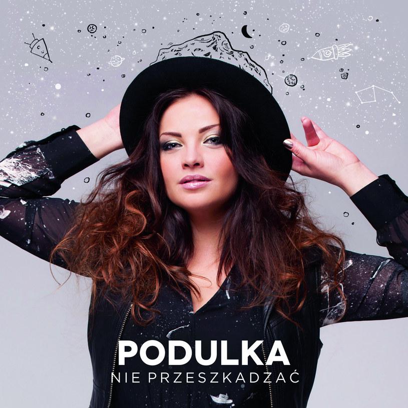 """Marta Podulka mówi o sobie, że jest """"świruską, trochę nieogarniętą wariatką"""". Tylko dlaczego w takim razie na swoim pierwszym solowym albumie każe szukać charakteru z mikroskopem?"""