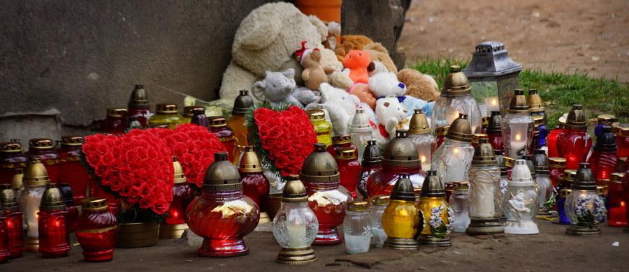 Zarzut zabójstwa ze szczególnym okrucieństwem kilku osób usłyszała kobieta, którą zatrzymano w związku ze śmiercią 26-latki z warszawskiej Pragi - dowiedział się reporter RMF FM Krzysztof Zasada. Kobieta przyznała się do winy. W mieszkaniu przy Stalowej obok ciała 26-latki znaleziono także zwłoki dwójki jej dzieci. W sprawie zatrzymano 7 osób. Podejrzana to - jak nieoficjalnie ustalił nasz dziennikarz - obecna partnerka byłego konkubenta ofiary. Według informacji Krzysztofa Zasady, główne wersje motywów zabójcy, przyjęte przez warszawskich prokuratorów, to rozliczenia finansowe i rabunek.