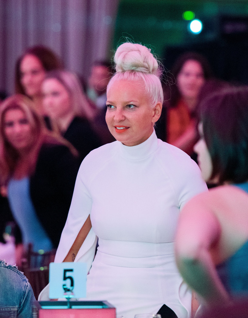 """Sia w ubiegłym roku w spektakularny sposób zdobyła światowe listy przebojów za sprawą hitów """"Chandelier"""" i """"Elastic Heart"""". Teraz wokalistka udostępniła teledysk do singla """"Alive"""", który zapowiada nową płytę """"This Is Acting""""."""