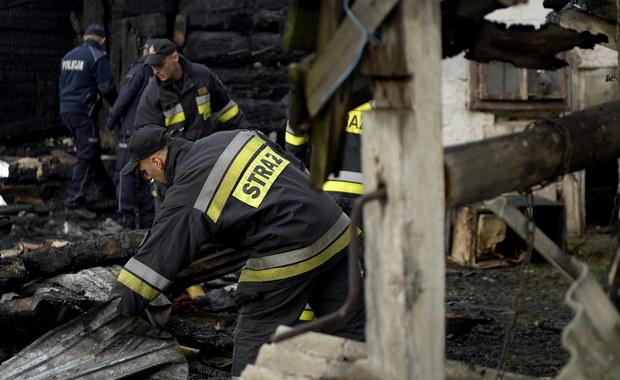 Cztery osoby zginęły w pożarze w miejscowości Smolnik w powiecie sanockim na Podkarpaciu. Spłonął tam drewniany dom jednorodzinnym oraz budynek gospodarczy. Sygnał o zdarzeniu dostaliśmy na Gorącą Linię RMF FM.