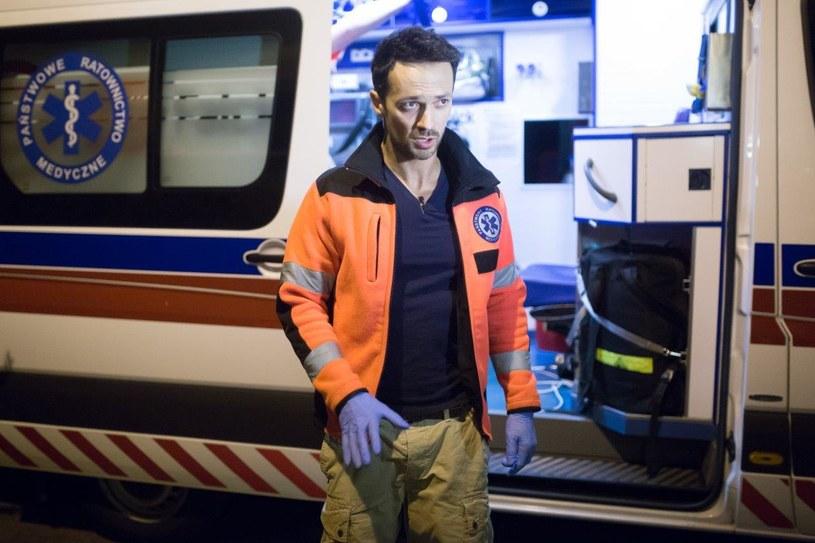 """Kiedy widzimy pędzącą na sygnale karetkę wiemy, że dzieje się coś poważnego. Być może właśnie w tej jednej chwili ktoś walczy o życie... Co tak naprawdę kryje się za drzwiami ambulansu? Już w środę, 11 listopada, w telewizji TLC emisja kolejnego odcinka programu """"Gwiazdy w karetce"""", tym razem z udziałem Rafała Cieszyńskiego."""
