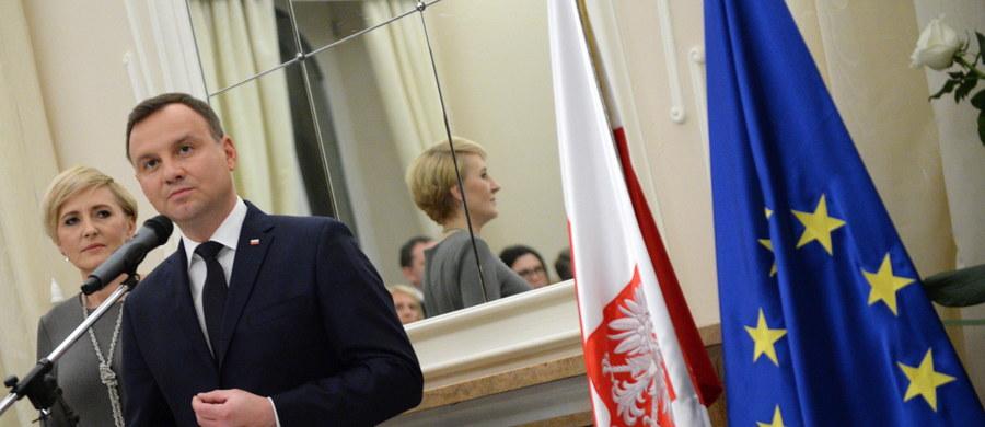 Nie widzę powodów do zmiany decyzji ws. terminu pierwszego posiedzenia Sejmu - oświadczył prezydent Andrzej Duda. Premier ma możliwość wyjazdu na szczyt i złożenia dymisji w trakcie posiedzenia Sejmu - pisemnie lub osobiście - dodał.