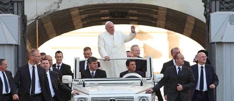 """Podczas środowej audiencji generalnej w Watykanie papież Franciszek mówił o Święcie Niepodległości w Polsce. Przytoczył słowa Jana Pawła II o tym, że nie można zrozumieć historii Polski bez Chrystusa. """"Niech Bóg błogosławi Polskę i każdego z was"""" - powiedział."""