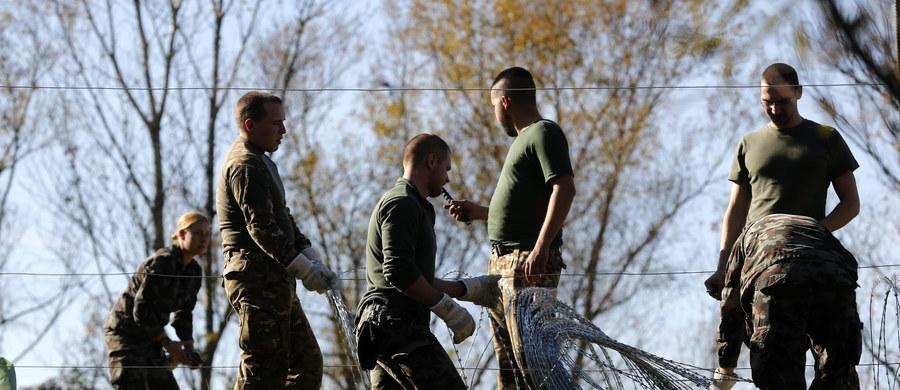 Słowenia rozpoczęła budowę tymczasowego ogrodzenia z drutu żyletkowego na granicy z Chorwacją, by lepiej kontrolować przepływ migrantów. Uchodźcy przez Słowenię próbują dostać się do Austrii, a następnie do Niemiec.