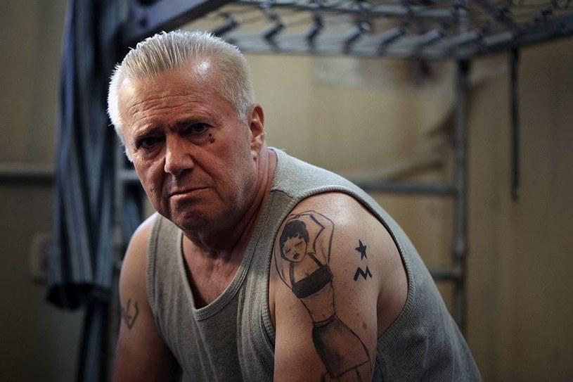 """Polskie więzienie to świat, który jest soczewką-esencją, tego co na wolności. Podobno czuje się tam mocniej. Przynajmniej tak twierdzi jeden z bohaterów filmu """"Git"""". Hierarchia, grypsera, stopnie, układy i przemoc. O tej przemocy najprawdopodobniej chciałby opowiadać reżyser. Można pewnie zaryzykować stwierdzenie, że Kamilowi Szymańskiemu marzy się także """"traktat"""" o Polsce z końca lat dziewięćdziesiątych. Dokładnie z roku 1997."""