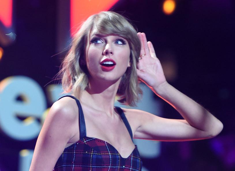 """Wokalista Jesse Braham pozwał Taylor Swift za wykorzystanie jego słów w utworze """"Shake It Off"""". Mężczyzna żądał 42 mln dolarów odszkodowania, jednak jego wniosek został odrzucony. Sędzia w uzasadnieniu swojej decyzcji wykazała się dużym poczuciem humoru, cytując w nim fragmenty piosenek amerykańskiej wokalistki."""