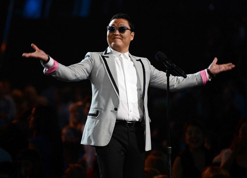 W 2014 roku Koreańczyk Psy wpłacił ponad 430 tysięcy dolarów na potrzeby uniwersyteckiego szpitala dziecięcego w Seulu. Informacja o jego szczodrym geście ujrzała światło dzienne dopiero teraz, ponieważ raper nie chciał nagłaśniać sprawy.