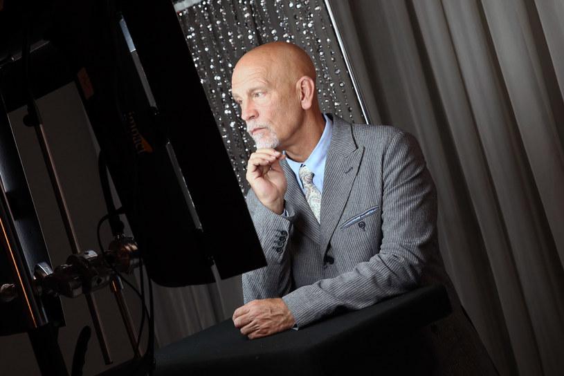 Wystawa prac amerykańskiego fotografa Sandro Millera, które są odtworzeniem dzieł mistrzów fotografii przedstawiających znane postaci, została otwarta w Toruniu. W role osób uwiecznionych na zdjęciach wcielił się amerykański aktor John Malkovich.