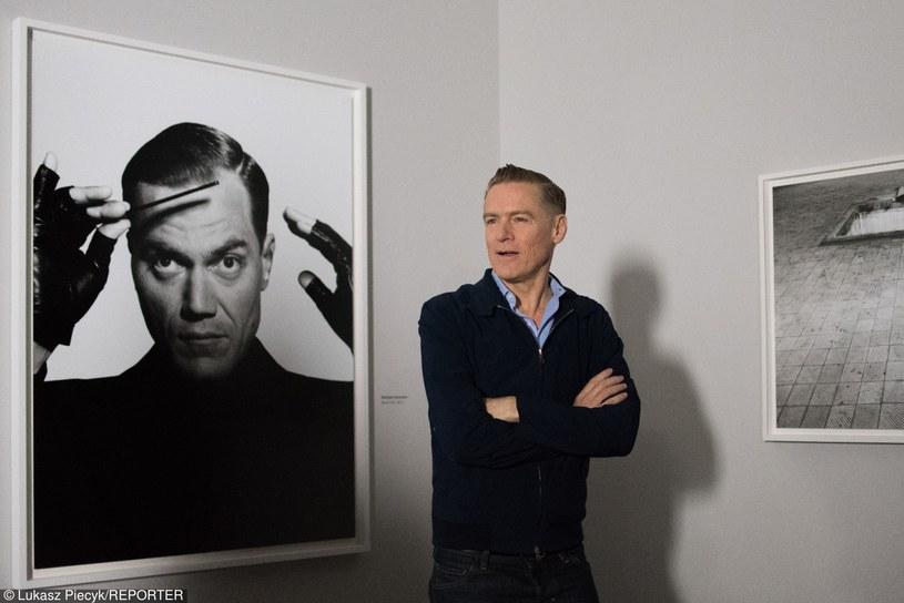 """Kanadyjczyk Bryan Adams otworzył swoją wystawę fotograficzną """"Obnażeni"""" w Centrum Sztuki Współczesnej w Toruniu. Artysta w dwóch odrębnych cyklach sportretował znanych aktorów, piosenkarzy i modelki oraz okaleczonych weteranów wojny z Iraku i Afganistanie."""