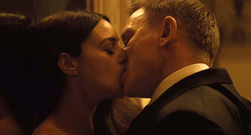"""Indyjscy cenzorzy uznali, że należy skrócić sceny z pocałunkami w najnowszym filmie o Jamesie Bondzie - """"Spectre"""" - informuje """"Times of India"""". W indyjskich kinach Bond nie będzie też mógł używać żadnych niecenzuralnych wyrazów."""