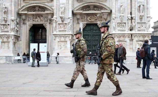Z powodu zagrożenia terrorystycznego Włosi zmieniają przyzwyczajenia i plany na zbliżające się Boże Narodzenie i Nowy Rok - wynika z sondaży przeprowadzonych po zamachach w Paryżu. Coraz więcej ludzi rezygnuje z kolacji w restauracjach i nocnego życia.