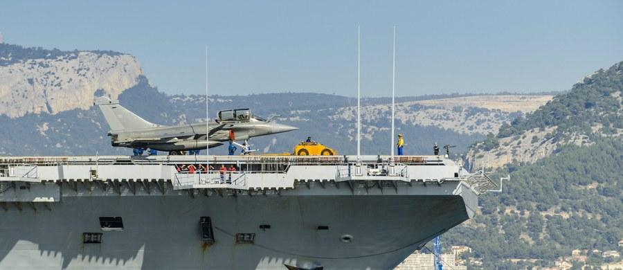 """Francuski lotniskowiec """"Charles de Gaulle"""", który dotarł z Tulonu do wschodniego rejonu Morza Śródziemnego, może od poniedziałku dołączyć ze swoimi samolotami do walki przeciwko Państwu Islamskiemu (IS). Informację podał francuski minister obrony."""