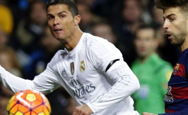 """Piłkarz Realu Madryt Cristiano Ronaldo postawił na łamach włoskiej gazety """"La Gazzetta dello Sport"""" ultimatum prezesowi klubu Florentino Perezowi. """"Albo Rafael Benitez, albo ja"""" - miał powiedzieć Portugalczyk, domagając się zwolnienia trenera """"Królewskich"""". Tak silna reakcja, nie jedyna skierowana przeciwko hiszpańskiemu szkoleniowcowi, to efekt klęski Realu w sobotnim El Clasico. Stołeczni ulegli u siebie Barcelonie 0:4, ponosząc jedną z najwyższych porażek w historii z tym rywalem przed własną publicznością. Jak komentowano później w mediach, """"Królewscy"""" zagrali słabo i mogli stracić jeszcze więcej bramek."""