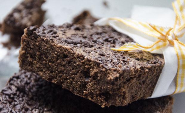 """Czy czekolada może być jeszcze smaczniejsza? Tak - odpowiadają belgijscy naukowcy i zwracają uwagę na drożdże. Ich zdaniem, użycie do fermentacji ziaren kakaowca specjalnych odmian drożdży pozwoli uzyskać bardziej różnorodne i lepiej dopasowane do gustów odbiorców smaki i aromaty. To sprawi, że producenci czekolady będą mogli wzbogacić ofertę w sposób podobny do tego, jak czynią to winiarze, producenci kawy, czy browarnicy. Pisze o tym w najnowszym numerze czasopismo """"Applied and Environmental Microbiology""""."""
