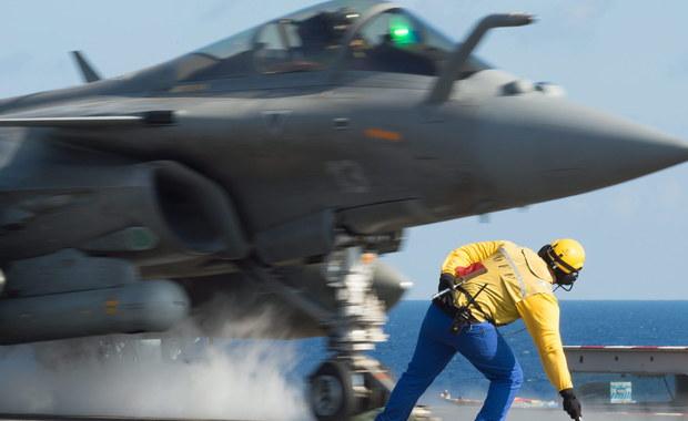 """Samoloty, które znajdują się na francuskim lotniskowcu """"Charles de Gaulle"""", przeprowadziły wczoraj wieczorem naloty na cele Państwa Islamskiego (IS) w Syrii po raz pierwszy od rozmieszczenia okrętu na wschodzie Morza Śródziemnego. Jak poinformowało ministerstwo obrony Francji w misji wzięło udział sześć maszyn: cztery Rafale, które wystartowały w lotniskowca, i dwa Mirage 2000 z bazy w Jordanii."""
