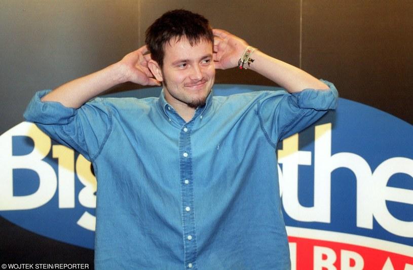 """Uczestnik pierwszej edycji """"Big Brothera"""" Piotr Lato opowiedział w """"Dzień Dobry TVN"""" o swojej piosence """"Sicario"""". Wokalista zaśpiewał także utwór na scenie programu."""