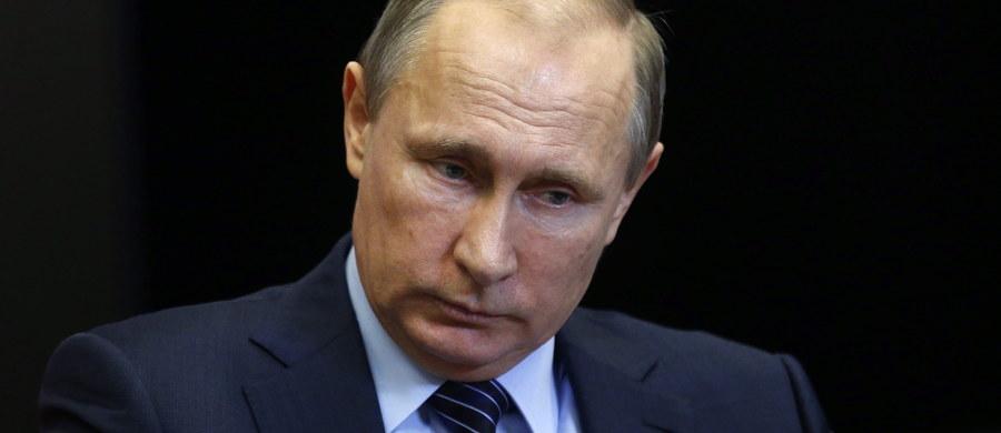 """Zestrzelenie przez turecki myśliwiec F-16 rosyjskiego bombowca Su-24 to """"cios zadany Rosji w plecy przez popleczników terroryzmu"""" - ogłosił prezydent Władimir Putin. Ostrzegł, że """"to tragiczne wydarzenie będzie mieć poważne następstwa dla stosunków rosyjsko-tureckich"""". Resort obrony w Moskwie ogłosił, że zestrzelenie Su-24 uważa za akt nieprzyjacielski. Zdecydował również - jak podała agencja Interfax - o zawieszeniu kontaktów wojskowych z Ankarą. W Rosji pojawiły się także głosy polityków mówiące o nieformalnym wypowiedzeniu Moskwie wojny. Jak jednak zauważa korespondent RMF FM Przemysław Marzec, Władimir Putin jest w bardzo trudnej sytuacji: rozpoczęcie działań wojennych przeciwko Turcji byłoby szaleństwem, zaś brak reakcji będzie kapitulacją."""