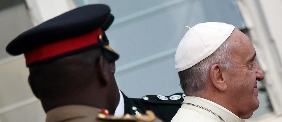 To papież Franciszek osobiście upoważnił watykańskiego prokuratora do aresztowania pod koniec października osób podejrzanych o kradzież poufnych dokumentów na temat finansów Watykanu. Taką informację podały włoskie media, powołując się na dekret w tej sprawie.